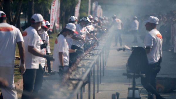 Adana'da 3. Lezzet Festivali'nde, Guinness Rekorlar Kitabı'nda yer alan ve 194,5 metre ile Çin Halk Cumhuriyeti'ne ait olan tek şişte et pişirme rekoru 233,6 metreyle kırıldı. - Sputnik Türkiye