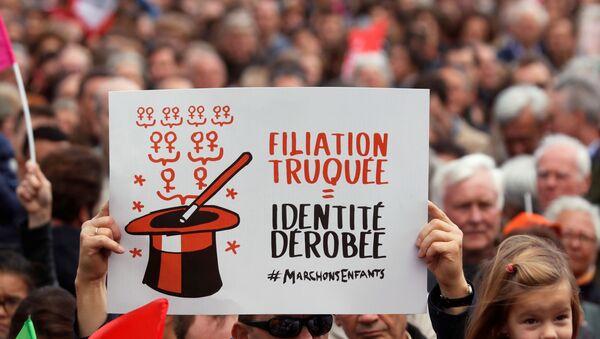 Paris'te eş cinsel ve bekar kadınların tıbbi yöntemlerle çocuk sahibi olmasına izin veren yasa tasarısı protesto edildi - Sputnik Türkiye