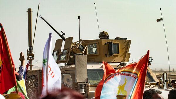 Suriye'deki ABD askerleri - Kürtler, Türkiye operasyonunu protesto ediyor. - Sputnik Türkiye