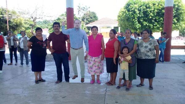 Meksika'da davetli olduğu resmi bir etkinliğe katılamayan Belediye Başkanı Moises Aguilar Torres, kendisini temsil etmesi için karton maketini gönderdi. - Sputnik Türkiye
