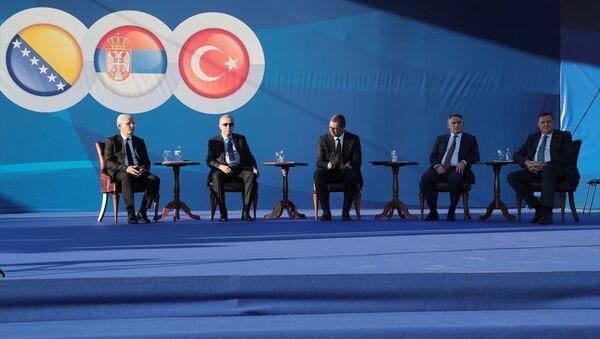 Türkiye Cumhurbaşkanı Recep Tayyip Erdoğan (sol 2), Sırbistan Cumhurbaşkanı Aleksandar Vucic (sol 3) ile toplu açılış ve temel atma törenine katıldı. - Sputnik Türkiye