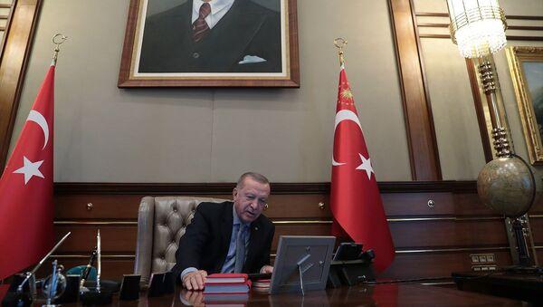 Cumhurbaşkanı Recep Tayyip Erdoğan, Barış Pınarı Harekatı'nın başlatılması talimatını verdi. - Sputnik Türkiye