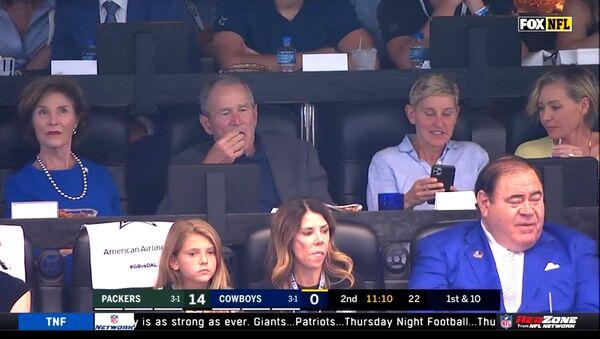 George W. Bush ile Ellen DeGeneres, Green Bay Packers ile Dallas Cowboys maçında birlikte takılırken - Sputnik Türkiye