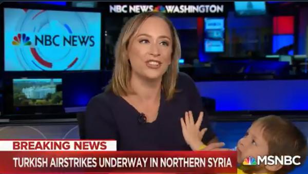 ABD'li NBC kanalında Türkiye'nin Fırat'ın doğusunda yürüttüğü Barış Pınarı Harekâtı'na dair son gelişmelerin aktarıldığı canlı yayını, sunucunun dört yaşındaki oğlu bastı.  - Sputnik Türkiye