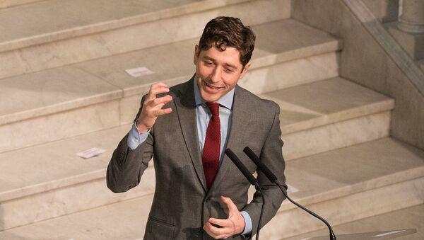 Belediye Başkanı Jacob Frey  Minneapolis Belediye Meclisi'ne hitap ederken - Sputnik Türkiye