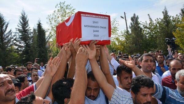 Şanlıurfa'nın Akçakale ilçesine YPG tarafından düzenlenen havanlı ve roketatarlı saldırılarda hayatını kaybeden Suriye uyruklu 9 aylık Muhammed Omar gözyaşları arasında toprağa verildi. - Sputnik Türkiye