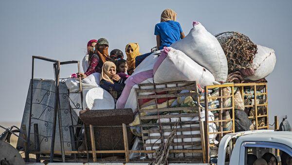 Türkiye'ninBarış Pınarı Harekatı nedeniyle siviller bölgeden göç ediyor. - Sputnik Türkiye