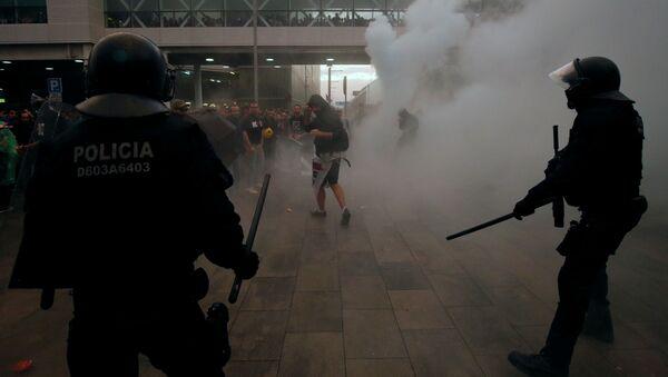 Katalan siyasetçilere verilen cezaları protesto eden göstericilere polis müdahalesi - Sputnik Türkiye