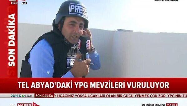 TSK'nin Fırat'ın doğusuna yönelik başlattığı 'Barış Pınarı Hârekatı' devam ederken dün yandaş A Haber Yurt Haber Müdürü Kerim Ulak'ın sınırdan yaptığı yayın sosyal medyada gündem oldu. Ulak'ın başında miğfer ve yere çömelerek yayın yaptığı anlarda TRT muhabirinin rahat bir şekilde ayakta yayın yaptığı anlar tartışma yarattı. - Sputnik Türkiye