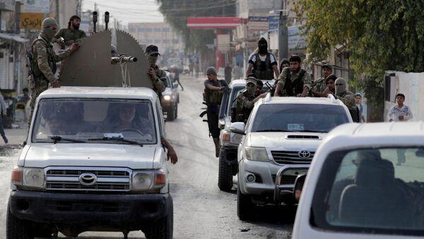 Suriye Milli Ordusu (SMO-eski adıyla Özgür Suriye Ordusu/ÖSO) militanları, silah monte edilmiş kamyonetle Tel Abyad'da turlarken, 15 Ekim 2019 - Sputnik Türkiye