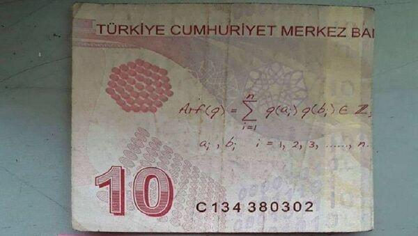 Camide telefonunu şarj eden kişinin bıraktığı para - Sputnik Türkiye