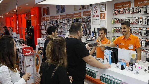 Apple'ın yeni iPhone modelleri Türkiye'de satışa çıktı. Teknosa, iPhone 11, iPhone 11 Pro ve iPhone 11 Pro Max modellerine ilk sahip olmak isteyenler için 17 Ekim'i 18 Ekim'e bağlayan gece 00.01 itibarıyla İstanbul, Ankara ve İzmir'deki seçili mağazalarının kapılarını açtı. - Sputnik Türkiye