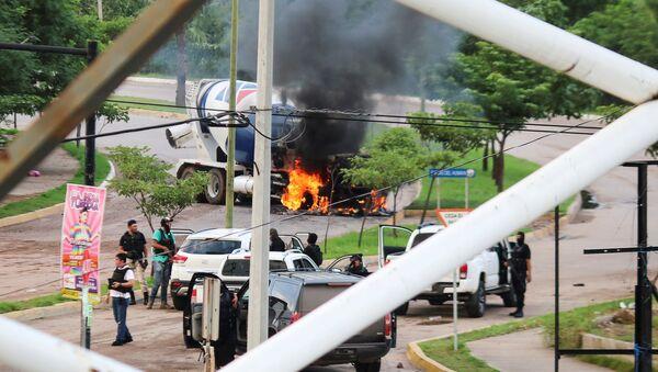 'El Chapo' lakaplı Meksikalı uyuşturucu baronu Joaquin Guzman'ınoğlu Ovidio Guzman Lopez polis tarafından yakalanınca kartel üyeleri sokakları ateşe verdi. - Sputnik Türkiye