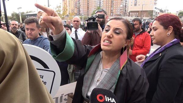 Emine Bulut duruşması sonrası iki grup kadın arasında tartışma çıktı - Sputnik Türkiye