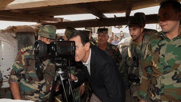Suriye Devlet Başkanı Beşar Esad, İdlib vilayetinin güney kırsalında yer alan Hubeyt kasabasında Suriye ordusu askerleriyle bir araya geldi. - Sputnik Türkiye