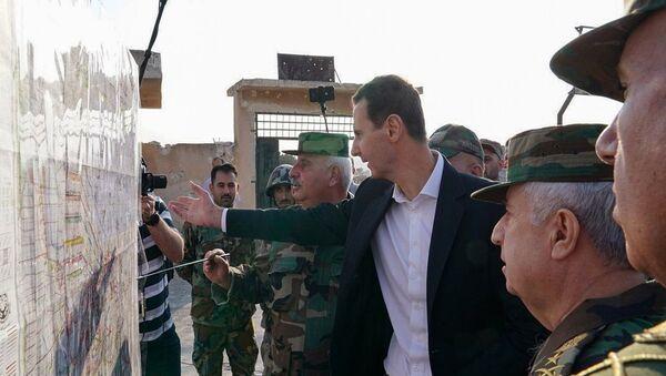 Suriye krizi başladığından bu yana ilk kez İdlib'e giden Devlet Başkanı Beşar Esad, Kürtlerle yapılan anlaşma kapsamında Türkiye sınırına Suriye askerlerinin konuşlandırılmasını yorumladı. - Sputnik Türkiye