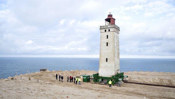 Danimarka'da 120 yıllık deniz feneri, kıyıdaki aşınma nedeniyle tekerlek ve raylar üzerinde taşınıyor. - Sputnik Türkiye