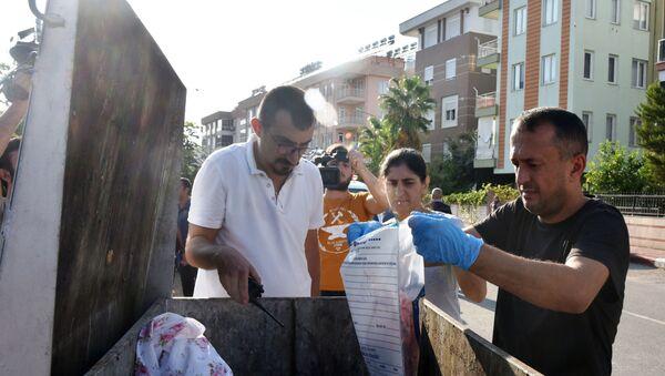 Çöp konteynerindeki kanlı eşyalar - Sputnik Türkiye