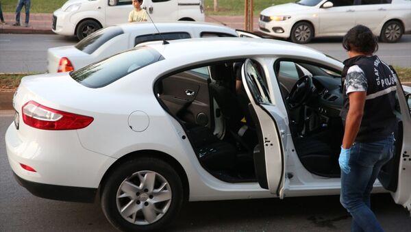 Antalya'da otomobilde silahlı saldırıya uğrayan kişi, şüphelinin ismini sedye üzerindeyken polislere söyledi. Polis olay yerinde çalışma yaptı. - Sputnik Türkiye