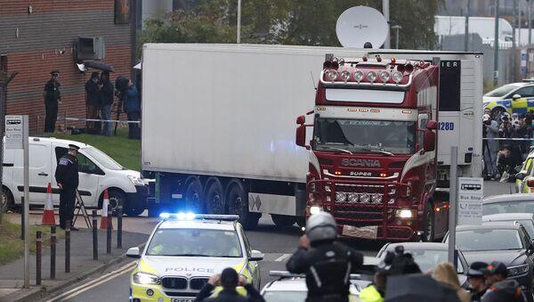 İngiltere'nin güneydoğusundaki Essex bölgesinde bir TIR'da 39 kişinin cesedi bulundu. - Sputnik Türkiye