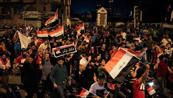 Irak'ın başkenti Bağdat'ta bir grup gösterici hükümet binalarının bulunduğu Yeşil Bölge'nin önüne geldi.  - Sputnik Türkiye