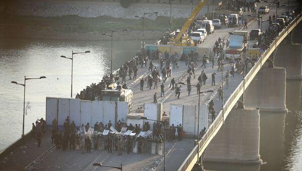 Irak'ta hükümet karşıtı gösteriler sürüyor: Yüzerek Yeşil Bölge'ye girmeye çalıştılar - Sputnik Türkiye