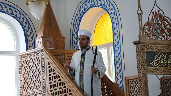 Samsun'un Ladik ilçesinde bulunan Cuma Camii'nde imamlar, 1075 yılından bu yana hutbeyi kılıçla birlikte veriyor. - Sputnik Türkiye