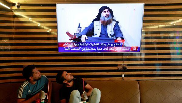 Iraklı gençler IŞİD lideri Ebubekir el Bağdadi'nin öldürüldüğünü aktaran haberleri izliyor. - Sputnik Türkiye