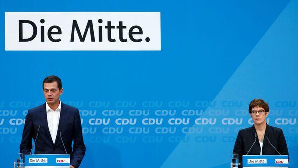 CDU'nun Thüringen eyaleti başbakan adayı Mike Mohring ile CDU Genel Başkanı ve Savunma Bakanı Annegret Kramp-Karrenbauer, seçim hezimetinin ardından, 'Orta' sloganının önünde basın toplantısında - Sputnik Türkiye
