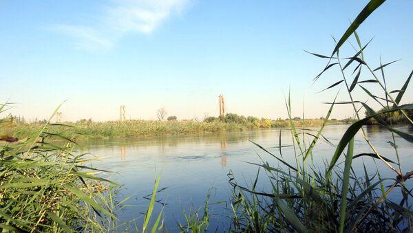 Suriye ve Rusya askerleri, Deyr ez Zor'da Fırat Nehri üzerinde köprü inşa etti - Sputnik Türkiye