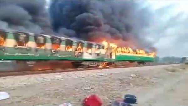 Pakistan'da tren alev aldı - Sputnik Türkiye