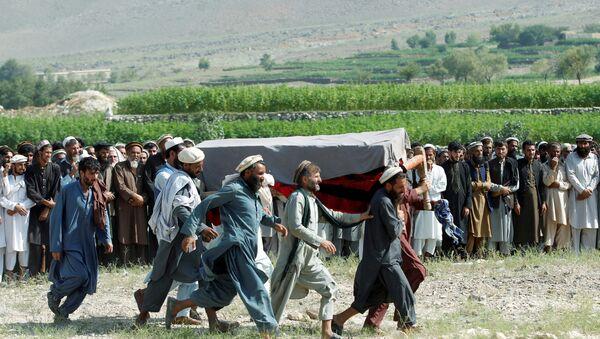 Afganistan'ın Nangarhar vilayetindeki  Khogyani bölgesinde ABD'nin drone saldırısı sonucu ölen sivillerden birinin cenazesi - Sputnik Türkiye