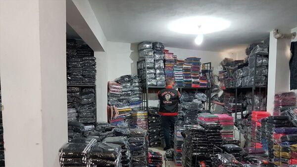 İzmir'in Balçova ilçesinde, polis ekiplerinin bir depoya düzenlediği baskında, piyasa değerinin yaklaşık 4 milyon lira olduğu değerlendirilen 47 bin parça taklit giyim eşyası ele geçirildi. - Sputnik Türkiye