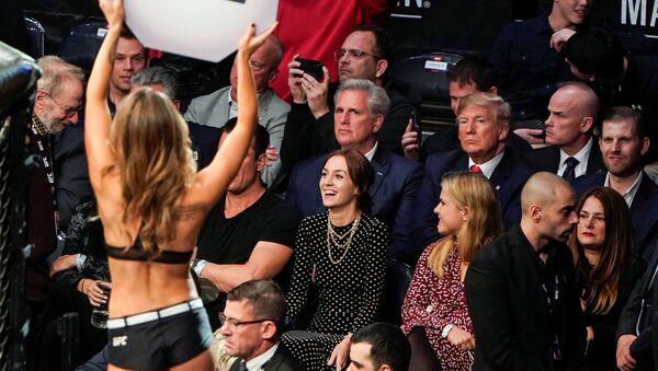 Dövüş sporlarıyla yakından ilgilenenABD Başkanı Donald Trump, kafes dövüşü maçı izlemeye gitti - Sputnik Türkiye