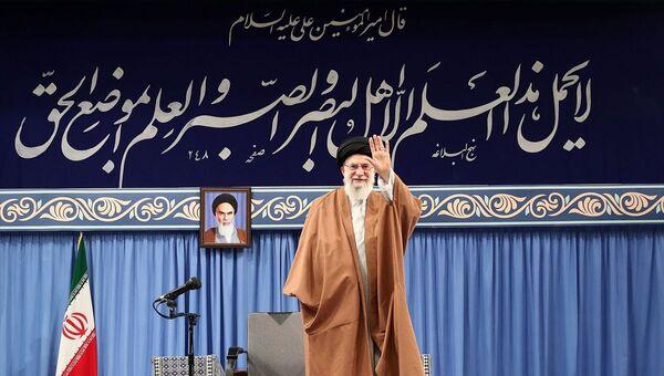 İran'ın başkenti Tahran'da lise ve üniversite öğrencileriyle bir araya gelen İran lideri Ali Hamaney, ABD'nin Tahran Büyükelçiliğinin 4 Kasım 1979'daki işgaliyle ilgili konuştu. - Sputnik Türkiye