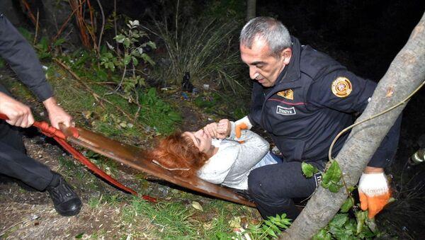 Kendisini uçurumdan kurtaran ekiplere cep telefonunu arattı - Sputnik Türkiye