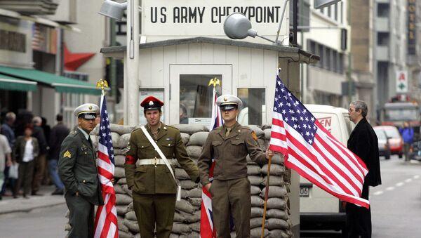 Almanya başkentindeki Berlin Duvarı'nın en meşhur geçiş noktası olan Charlie kontrol noktasında ABD askerlerini canlandıran aktörler - Sputnik Türkiye