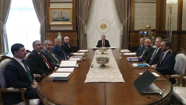 Türkiye Cumhurbaşkanı Recep Tayyip Erdoğan, gerçekleştirilen Yüksek İstişare Kurulu Toplantısı'na katıldı. Toplantıya, kurul üyeleri Bülent Arınç (sol 3), İsmail Kahraman (sol 5), Cemil Çiçek (sağ 3), Köksal Toptan (sol 4), Mehmet Ali Şahin (sağ 2), Yıldırım Akbulut (sağ 4) ile İletişim Başkanı Fahrettin Altun (sağda) da katıldı. - Sputnik Türkiye