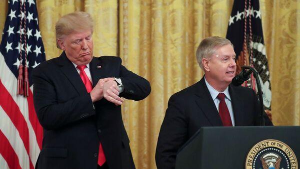 'Türkiye'ye yaptırım' mektubu gönderen senatörlerden Cumhuriyetçi Graham Beyaz Saray'da konuşurken arkasındaki Trump saatine bakıyor. - Sputnik Türkiye