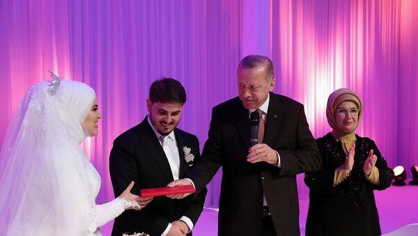 Türkiye Cumhurbaşkanı Recep Tayyip Erdoğan ve eşi Emine Erdoğan, AK Parti Genel Başkan Yardımcısı Mahir Ünal'ın kızı Elif Sena ile Ali Yavuz'un nikah törenine katıldı. Cumhurbaşkanı Erdoğan evlilik cüzdanını geline verdi. - Sputnik Türkiye