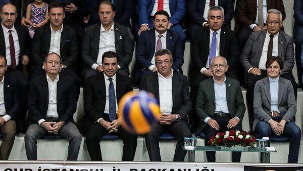 Kılıçdaroğlu, CHP İstanbul İl Başkanlığı tarafından düzenlenen İstanbul Kupası- İlçe Örgütleri Voleybol Turnuvası'nın İstanbul Büyükşehir Belediyesi Hidayet Türkoğlu Spor Kompleksi'nde oynanan final maçını izledi. - Sputnik Türkiye
