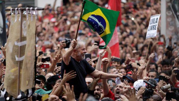 Eski Brezilya Devlet Başkanı Luiz Inacio Lula Da Silva, tahliye edilmesinin ardından binlerce destekçisine seslendi. - Sputnik Türkiye