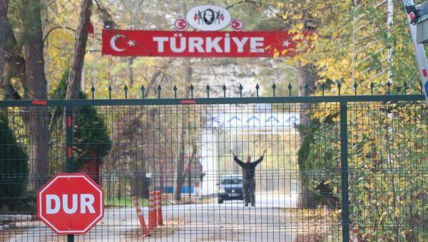 Türkiye'nin Suriye'de yürütülen Barış Pınarı Harekatı'nda yakalayarak dün Edirne Pazarkule Sınır Kapısı'ndan sınır dışı ettiği ancak Yunanistan'ın kabul etmediği IŞİD'li Muhammad Darwis B., iki ülke arasındaki tampon bölgede bekleyişini sürdürüyor. - Sputnik Türkiye