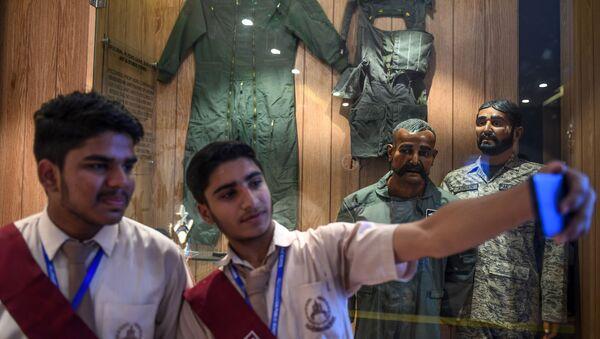 Pakistan, şubat ayındaki krizde Keşmir'de düşürülen Hint savaş uçağının pilotu Abhinandan Varthaman'ın heykelini sergilemeye başladı.  - Sputnik Türkiye