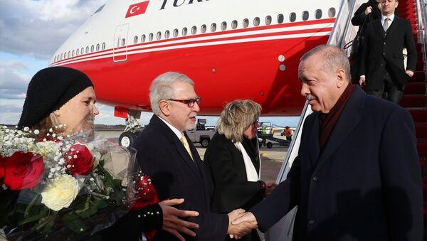 Türkiye Cumhurbaşkanı Recep Tayyip Erdoğan, ABD Başkanı Donald Trump'ın daveti üzerine çalışma ziyareti gerçekleştirmek için özel uçak TC-TRK ile ABD'nin başkenti Washington'a geldi. Cumhurbaşkanı Erdoğan'ı, Andrews Hava Üssü'nde Türkiye'nin Washington Büyükelçisi Serdar Kılıç (sol 2), Türkiye'nin Birleşmiş Milletler Daimi Temsilcisi Feridun Sinirlioğlu, Amerika Birleşik Devletleri Protokol Genel Müdürü Cam Henderson ve diğer yetkililer karşıladı. - Sputnik Türkiye