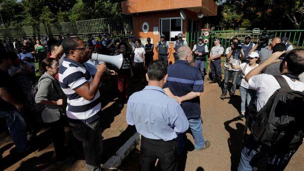 Guaido yanlıları Venezuela'nın Brezilya'daki büyükelçiliğini bastı - Sputnik Türkiye