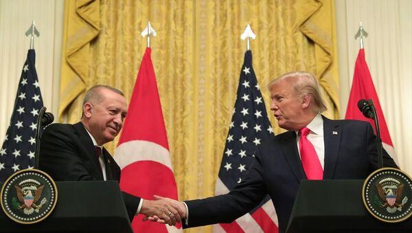 Türkiye Cumhurbaşkanı Recep Tayyip Erdoğan ve ABD Başkanı Donald Trump, Beyaz Saray'da baş başa ve heyetler arası görüşmelerin ardından ortak basın toplantısı düzenledi. - Sputnik Türkiye