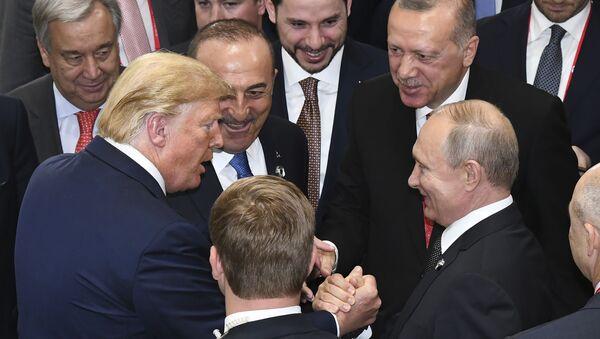 ABD Başkanı Donald Trump, Rusya Devlet Başkanı Vladimir Putin ve Türkiye Cumhurbaşkanı Recep Tayyip Erdoğan Japonya'daki G-20 Zirvesi'nde. - Sputnik Türkiye