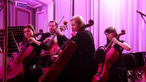 Rusya'da düzenlenen ve Türkiye'nin özel statü sıfatında katıldığı 8. St. Petersburg Uluslararası Kültür Forumu kapsamında Türk besteleri müzikseverlerle buluştu - Sputnik Türkiye