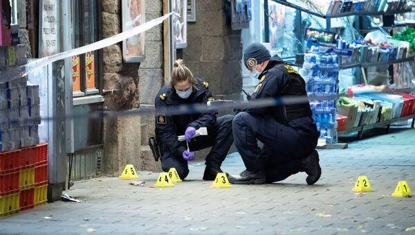 İsveç'in Malmö kentinin merkezindeki bir pizzacının önünde 15 yaşında bir genci öldüren, diğerini yaralayan silahlı saldırıyla ilgili polisin olay yeri araştırması - Sputnik Türkiye